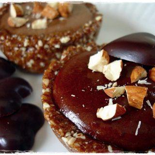 Chocolate Cashew Tart Raw on 10 Easy Raw Vegan Dessert #rawfood #rawdessert #rawchocolate #rawvegan #healthydessert #healthychocolate 1