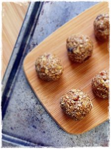 Raw Oats and Almond Breakfast Bites are super simple to make, take less than 5 minutes, and use healthy ingredients. They make a perfect snack on the go and a few are ideal for breakfast.